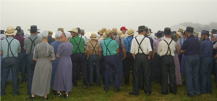Amish People in traditioneller Kleidung